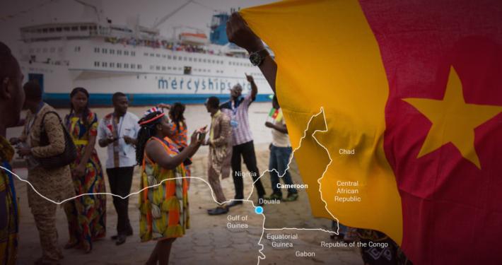 Hulpverlening Kameroen-en-dansende-mensen-op-de-kaai