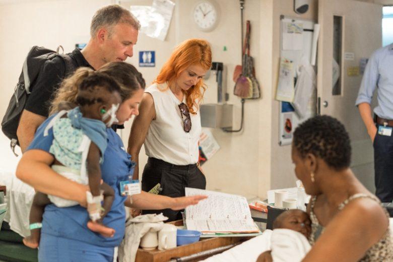 Axelle-Red-en-haar-partner-bezoeken-grootste-ziekenhuisschip-in-Benin