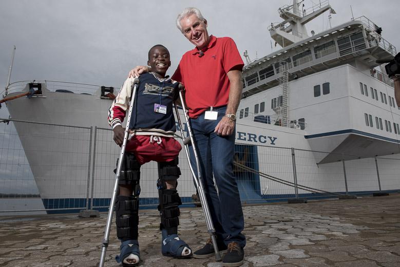Bezoek Hugo Broos aan Mercy Ships. Bondscoach Kameroen voetbalteam