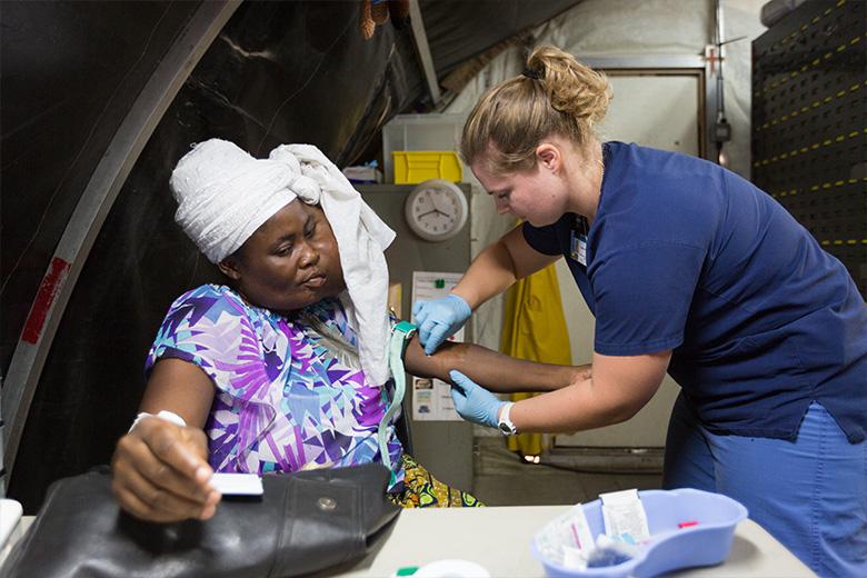 Sonia-lokale-verpleegkundige-benin-patient-mercyships-ziekenhuisschip-opname-foto