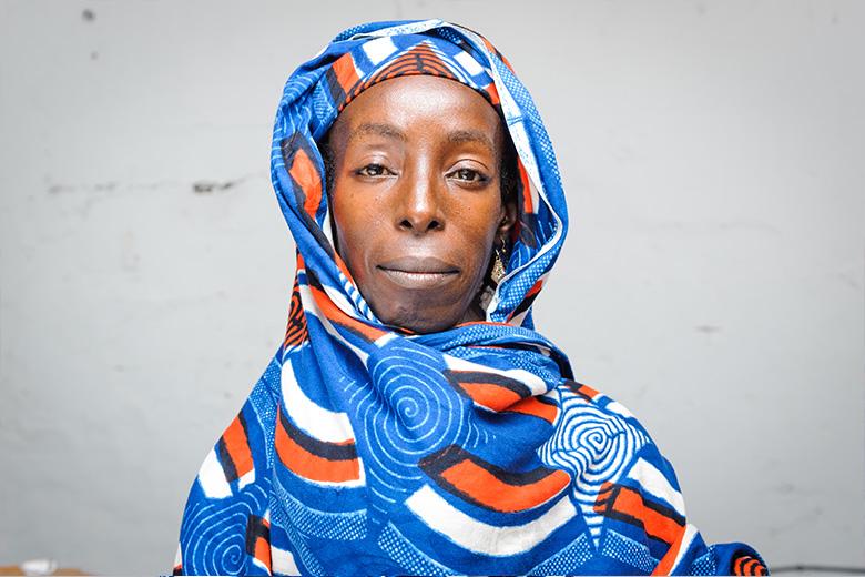 Djenabou met een kleurrijke sjaal over haar grote tumor