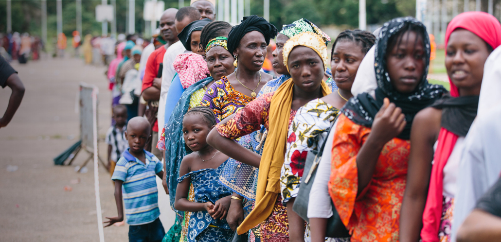 Screening-Guinee-vrouw-kijkt-in-lens